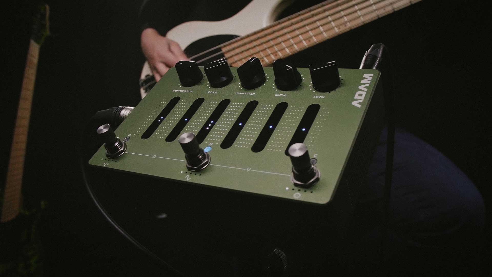פדאל פרה-אמפ ודיסטורשן לגיטרה בס Darkglass ADAM
