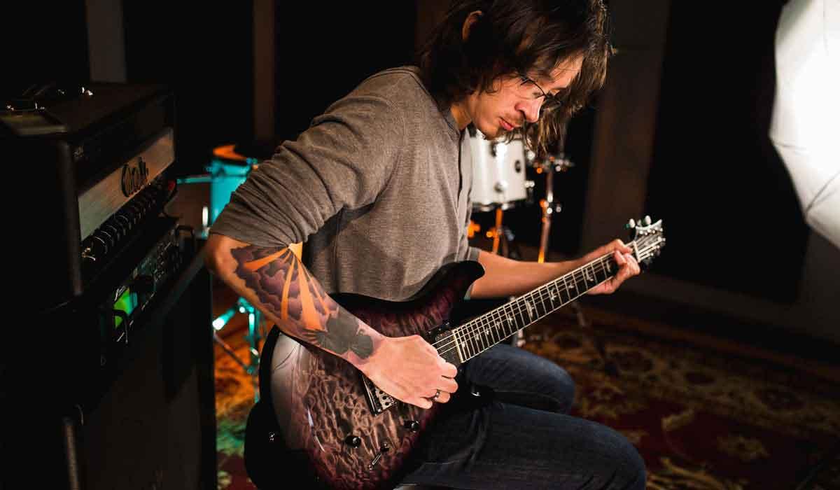 מארק הולקומב מנגן בגיטרת החתימה שלו מבית PRS Guitars