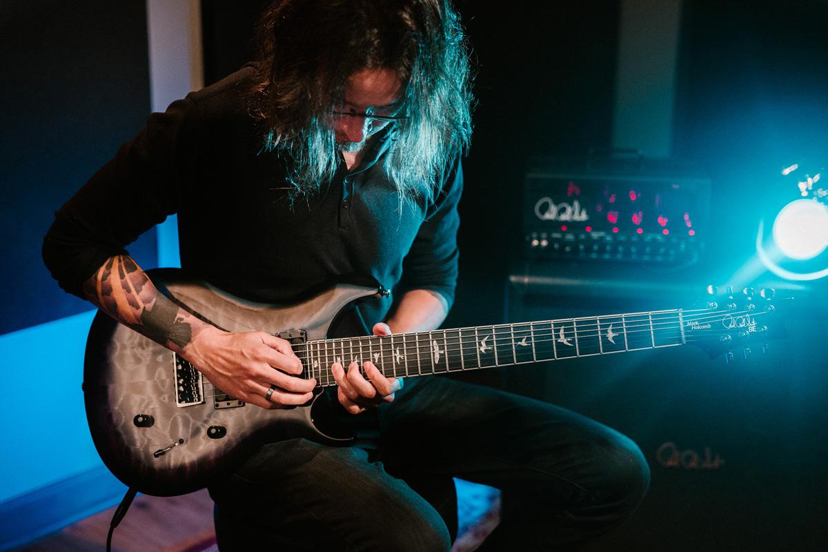 מארק הולקומב מנגן בגיטרה שבעת המיתרים שלו מבית PRS Guitars